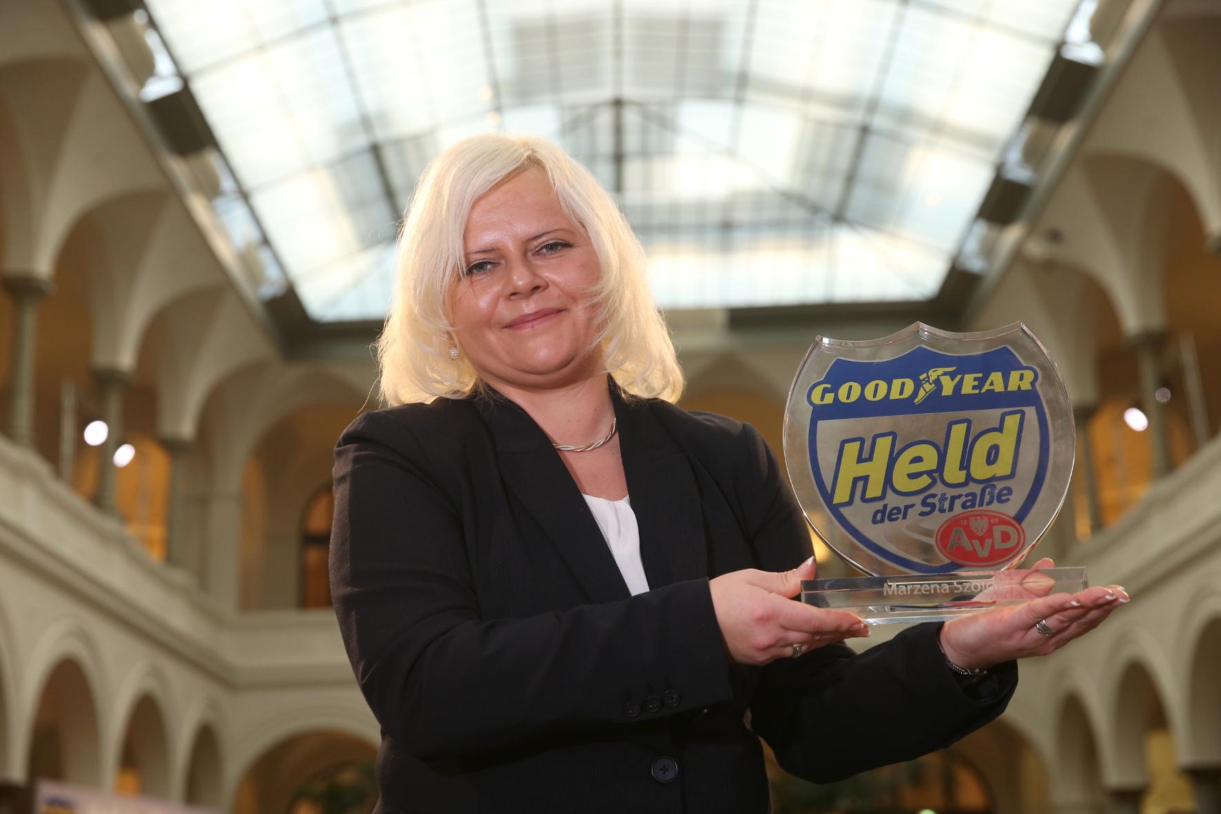 """mid Groß-Gerau - Busfahrerin Marzena Szojda hat einen katastrophalen Bus-Unfall verhindert und erhält dafür die Auszeichnung """"Held der Straße des Jahres 2016"""" - und einen nagelneuen Hyundai i30."""