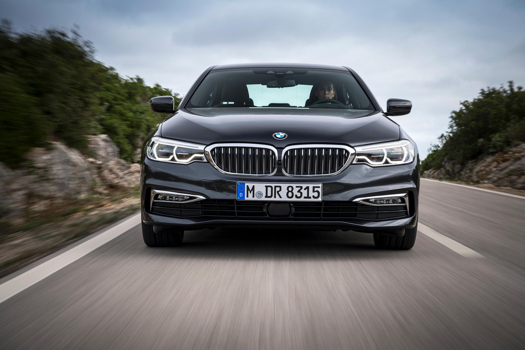 mid Cascais - Die jüngste Evolutionsstufe des BMW 5er beherrscht den Spagat zwischen Luxus und Sportlichkeit hervorragend. Im Februar 2017 kommt die Business-Limousine zum Preis ab 45.200 Euro auf den Markt.