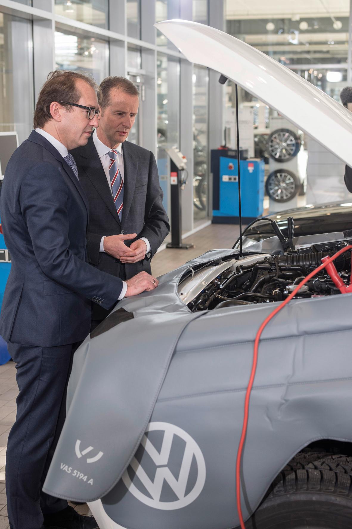mid Groß-Gerau - Nach der Abgas-Affäre nimmt Verkehrsminister Alexander Dobrindt (links) die Hersteller in die Pflicht. Hier informiert er sich bei Dr. Herbert Diess, Vorstandsvorsitzender der Marke Volkswagen Pkw, aus erster Hand.