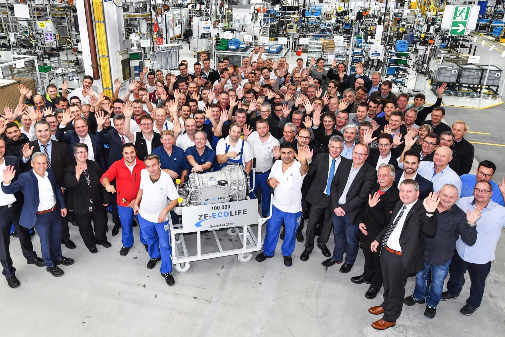 mid Groß-Gerau - Das 6-Gang-Automatikgetriebe EcoLife von ZF feiert jetzt Produktionsjubiläum: In Friedrichshafen läuft die 100.000ste Einheit vom Band.