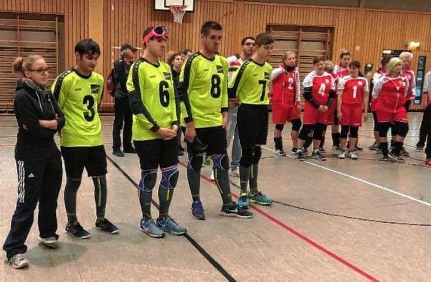 Das Goalball-Team in Aktion: Daniel Arendar wirft, die Mannschaft verteidigt. Die Ilvesheimer und ...