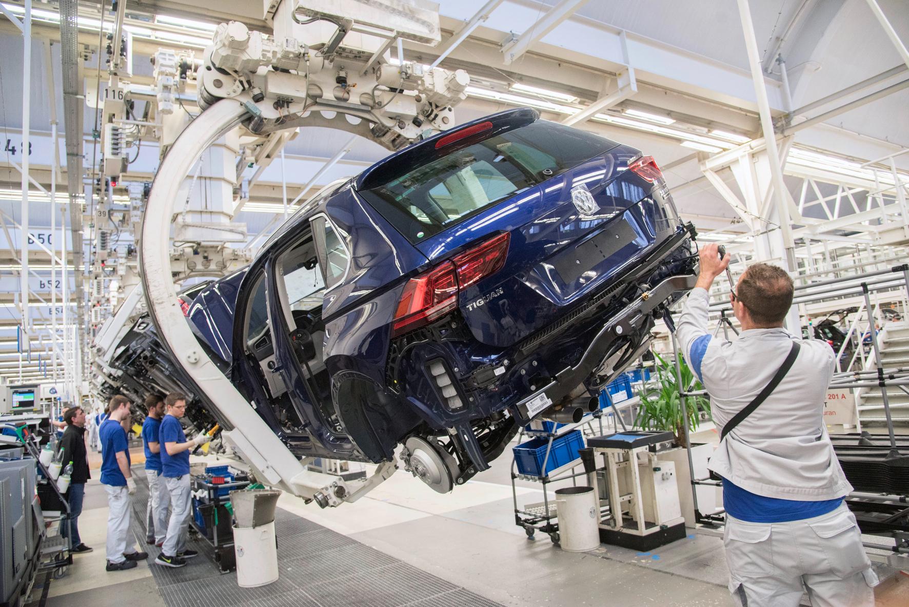 mid Groß-Gerau - VW-Mitarbeiter, die im Stammwerk Wolfsburg an den SUV-Modellen Tiguan und Touran schrauben, haben 2016 verkürzte Weihnachtspause.