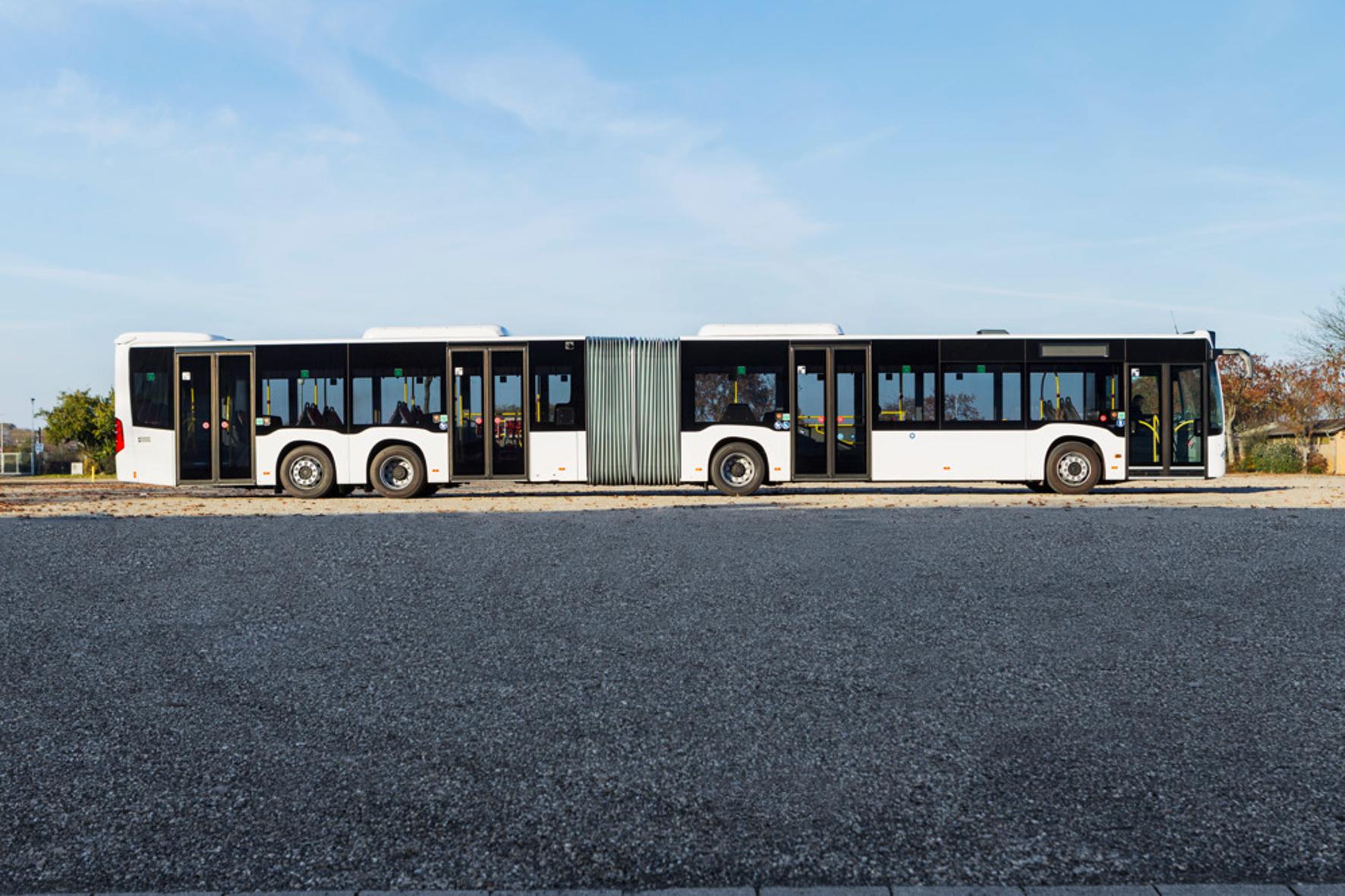 mid Groß-Gerau - Vier Achsen im Vierviertel-Takt: Der CapaCity-Gelenkbus von Mercedes feiert jetzt bei den Wiener Linien Premiere.