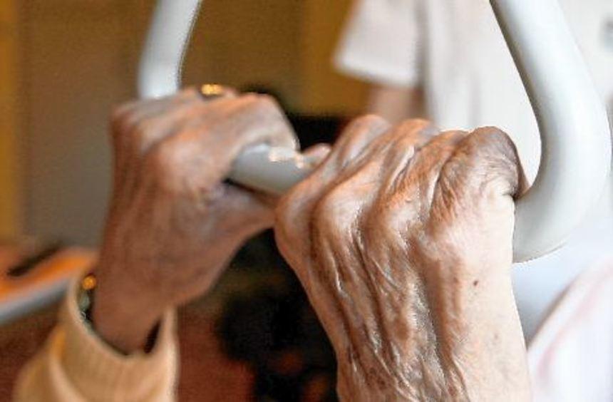 Eins der größten Probleme in der Pflege ist der Fachkräftemangel: Was tun, wenn zu wenige Menschen ...