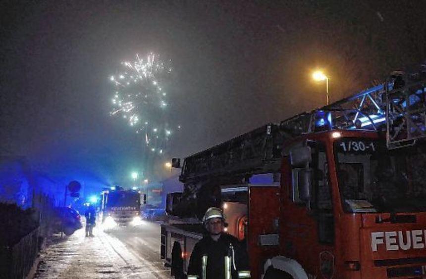 Großeinsatz in der Neujahrsnacht: Eine Feuerwerksrakete hatte kurz nach Mitternacht auf einem ...