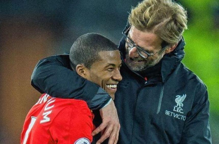 Der FC Liverpool und Jürgen Klopp (hier mit Georginio Wijnaldum) bleiben nach dem 1:0 im Topspiel ...