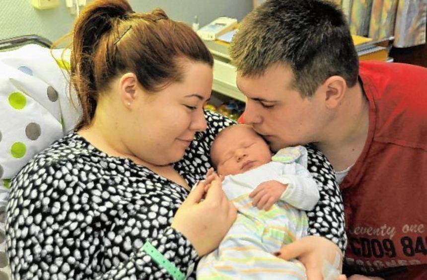 Mama Laura und Papa Sven freuen sich über ihren Sohn Lukas, der im Kreiskrankenhaus in Heppenheim ...
