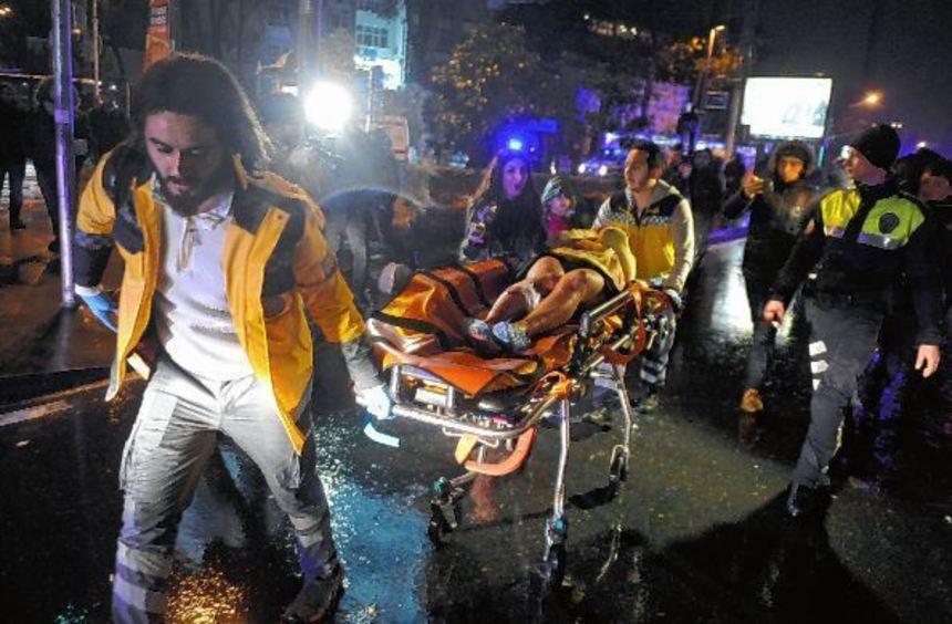 Sanitäter bringen einen Verletzten in ein Krankenhaus. Das rechte Bild zeigt einen Täter während ...