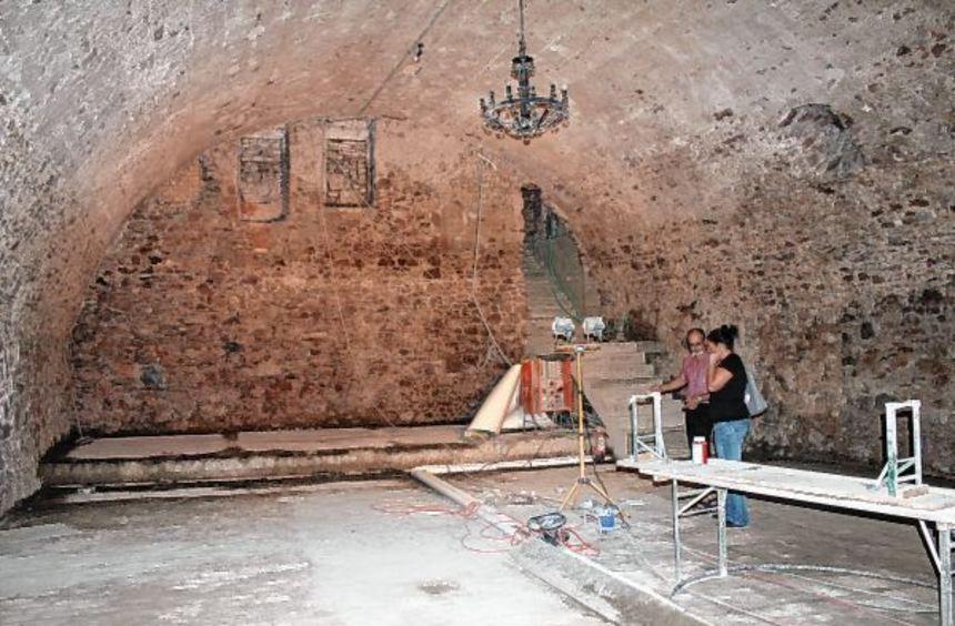 Im August ist im Historischen Zehntkeller der Durchbruch erreicht: Dort, wo bis dahin die Theke und ...