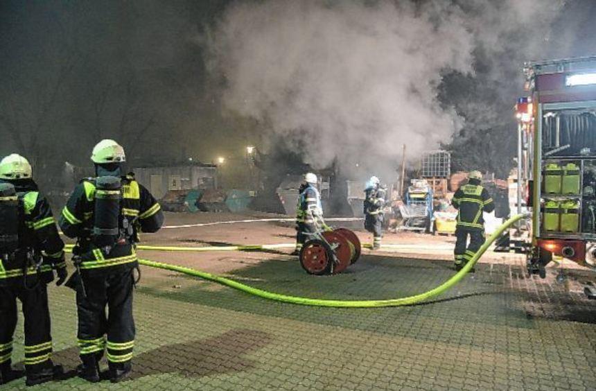 Mit 18 Leuten war die Feuerwehr kurz nach Mitternacht auf dem Gelände des Bauhofs im Einsatz, um ...