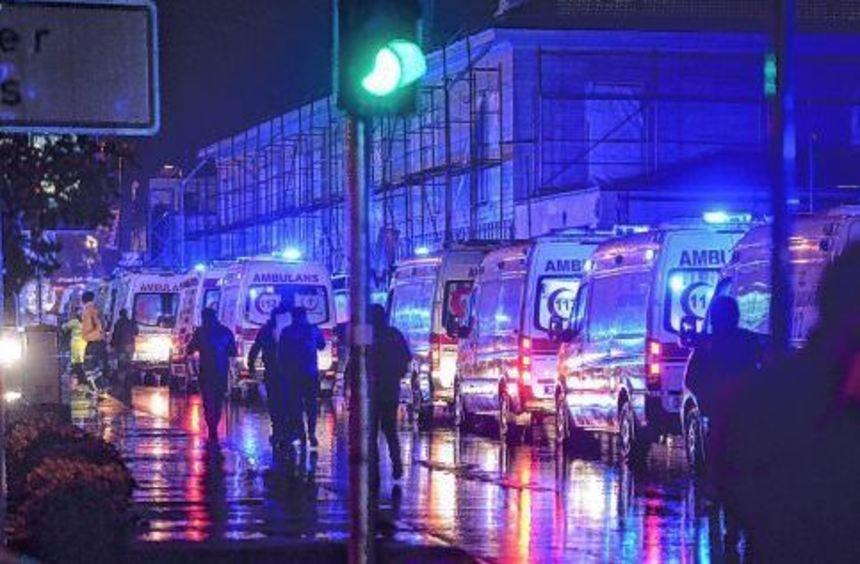 Mehrere Rettungswagen und zahlreiche Polizisten sind in der Nacht zu Neujahr im Einsatz vor dem ...