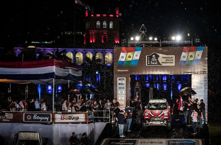 mid Groß-Gerau - Die Rallye Dakar beginnt mit der obligatorischen Podiumsüberfahrt in Paraguays ...