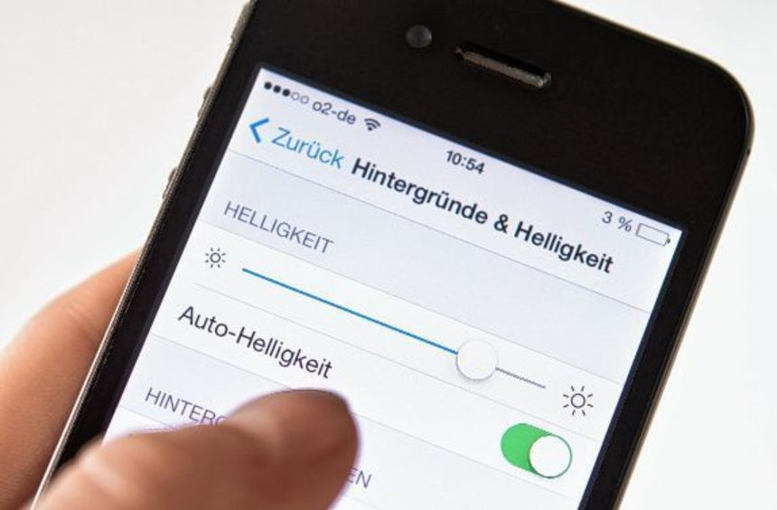 Die Bildschirmbeleuchtung frisst bei einem Smartphone oft am meisten Strom. Stellt man sie auf ...