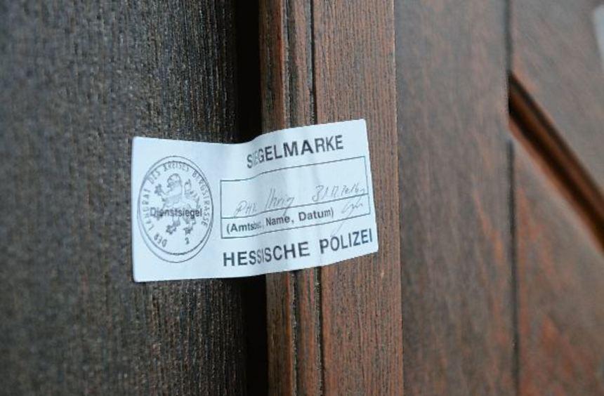 Ein Siegel der Polizei verwehrt am Neujahrstag den Eintritt in die katholische Kirche St. Petrus. ...