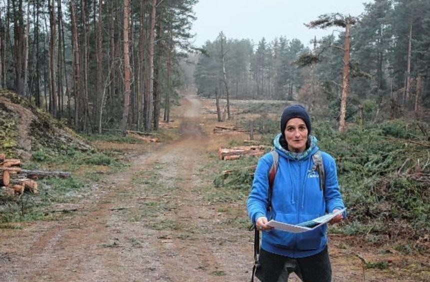 Katrin Fritzsch vom Nabu zeigt, dass links und rechts des Weges Bäume gerodet wurden und das Holz ...