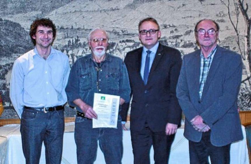 Das Bild zeigt (von links) Matthias Berberich, Werner Zirkelbach, Bürgermeister Thomas Schregelmann ...