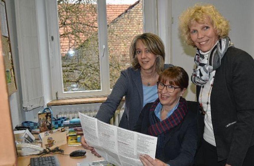 Ein ambitioniertes Programm haben sich Heike Kuhn (Mitte) als Leiterin der Arbeitsstelle für ...