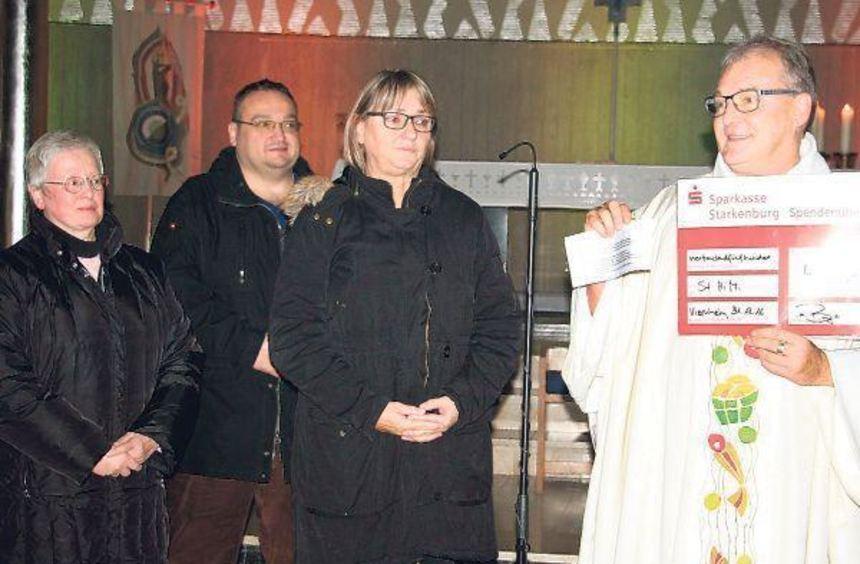 4500 Euro für die Projekte der Pfarrei Sankt HiMi (vl.): Schwester Silvia aus dem Haus des Lebens, ...