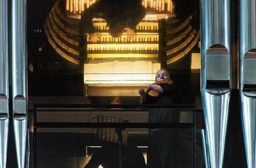 Panflötist Matthias Schlubeck steht während des Neujahrskonzerts neben der Orgel im Kaiserdom, die ...