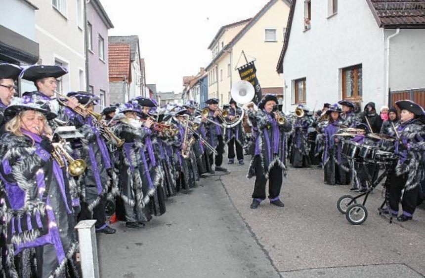 Die Newwlfezza Mannheim spielten erstmals bei einer Fahnenhissung des Karnevalvereins Insulana ...