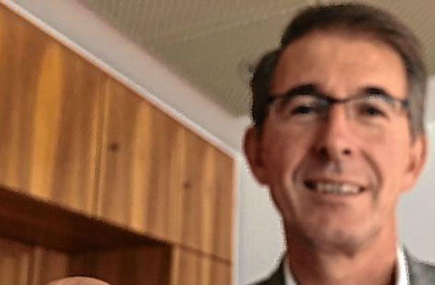 Bürgermeister Kessler wirbt für den Jubiläums-Pin der Gemeinde.