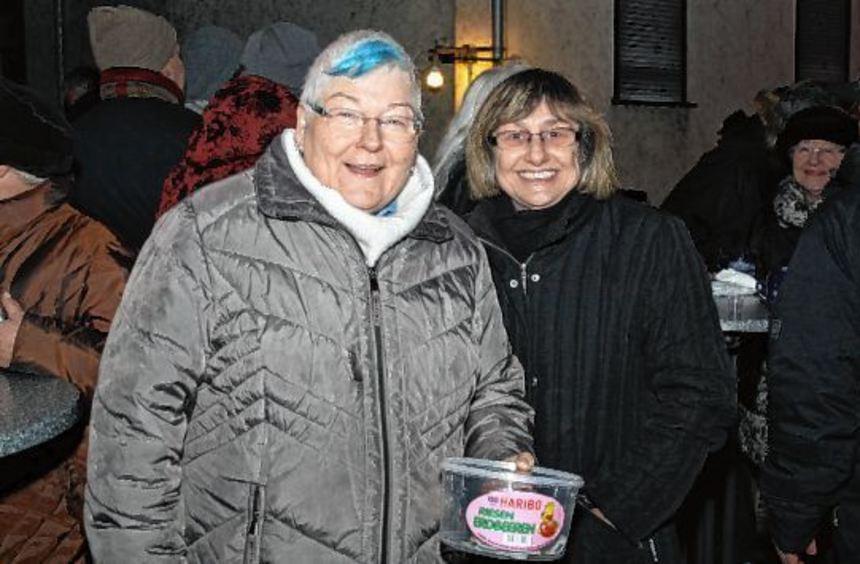 Karin Glanzner mit der Sammelbox beim Treffen zu Neujahr