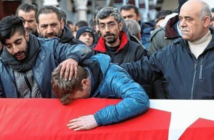 Angehörige trauern am Sarg eines Opfers von Istanbul. Ein bewaffneter Täter richtete in der ...