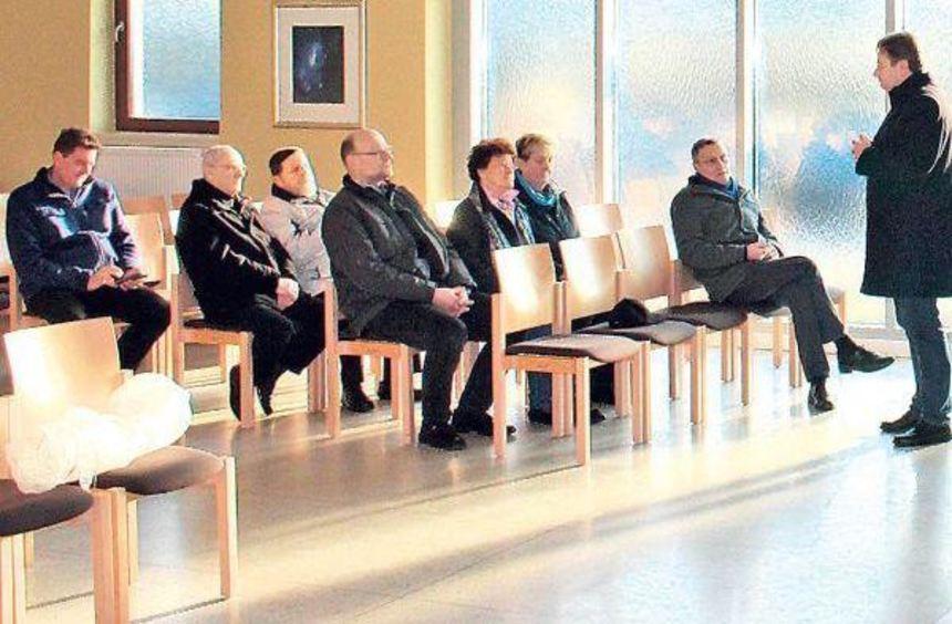 Der Pfarrer der evangelischen Pfingstbergkirche, Hansjörg Jörger (r.), bedankt sich bei der ...