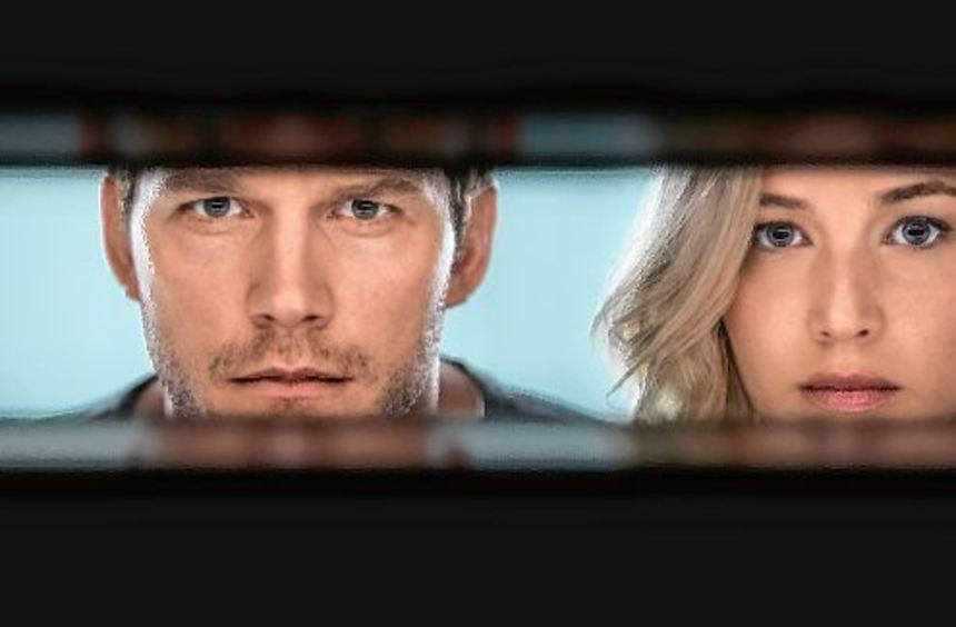 Da müssen sie durch: Chris Pratt als Jim und Jennifer Lawrence in der Rolle der Aurora geraten in ...