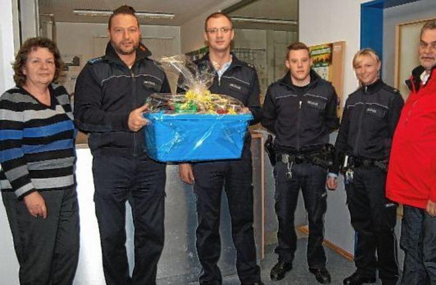 Der Bürgerverein dankte zu Silvester der Polizei (v.l.): Gudrun Müller, Frank Deckert, Bernd Hamm, ...