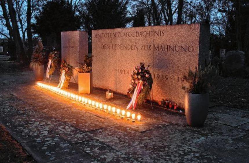 Mit Kerzen erinnerte die Junge Union Mannheim auf dem Friedhof in Sandhofen an die in den ...