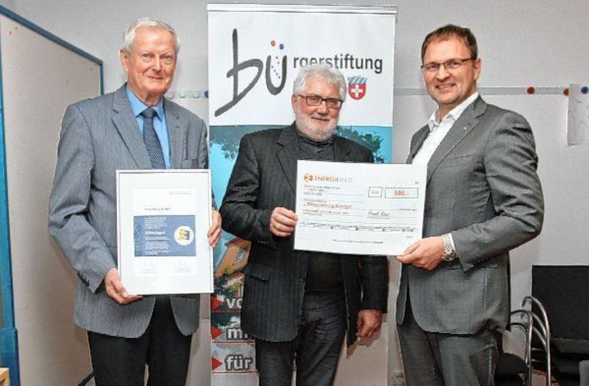 Der Vorstand der Bürgerstiftung Bürstadt, Peter Tschirch (l.), hielt die Urkunde vom Bundesverband, ...