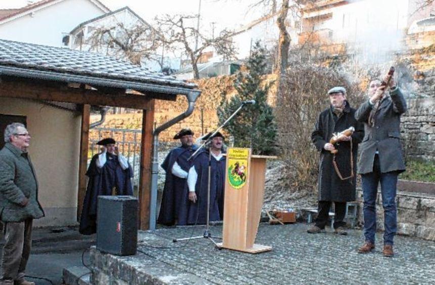 Mit zwölf Böllerschüssen, einen für jeden Monat und jeden Stadtteil, begrüßten Bürgermeister Thomas ...