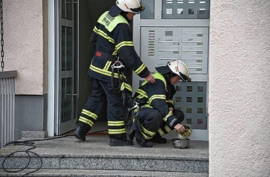 Recht schnell hatten die Feuerwehrleute den qualmenden Topf geborgen.