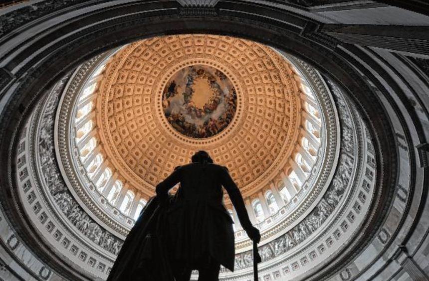 Die Kuppel des Kapitols in Washington, in dem der US-Kongress seinen Sitz hat, davor eine Statue, ...