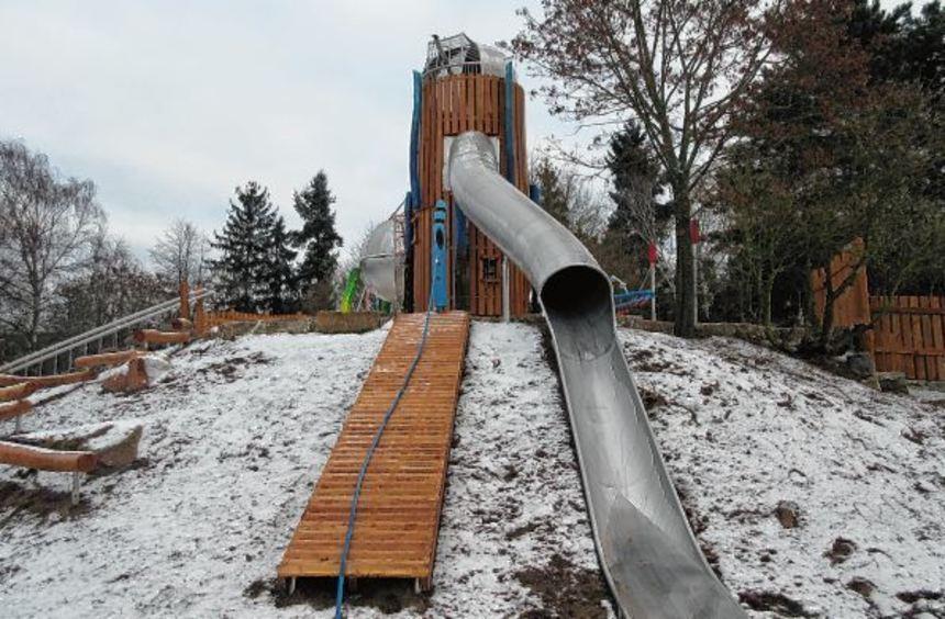 Fast zehn Meter ist die Rutsche lang, die vom großen Kletterturm, der einer Sternwarte ...