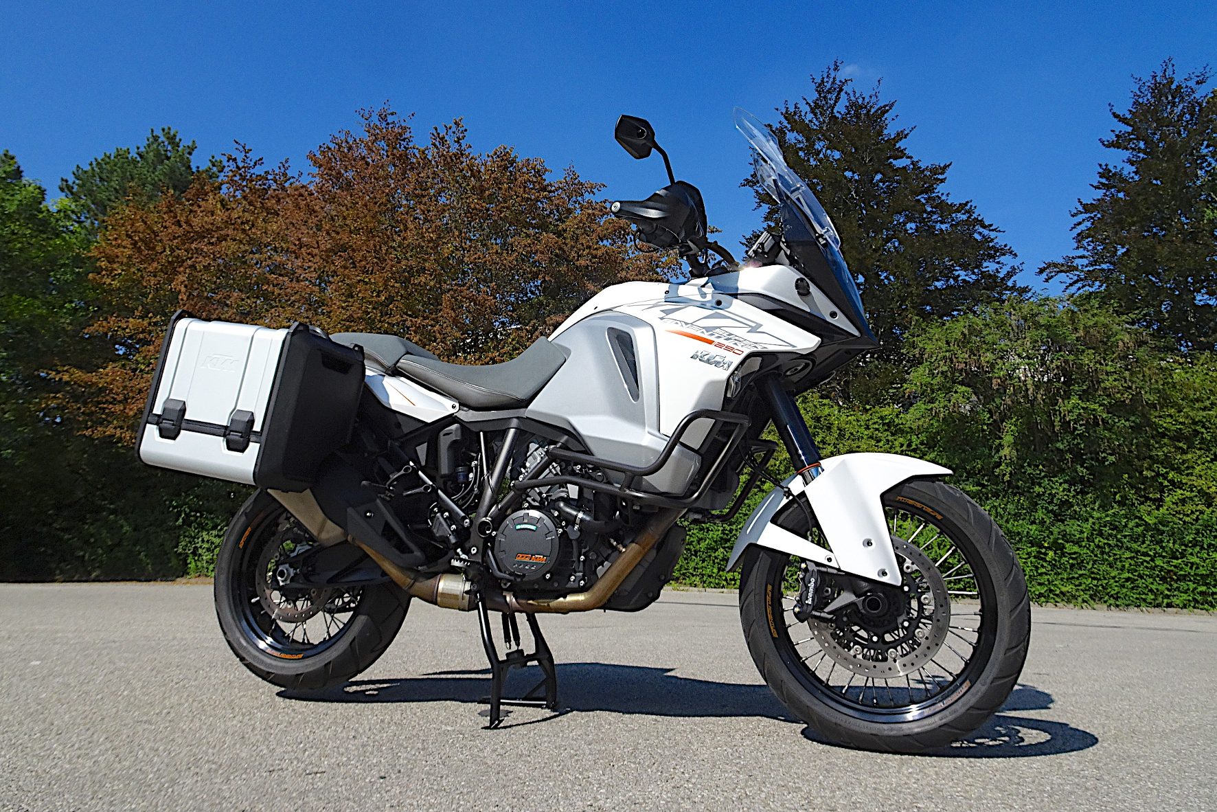 mid München - Mit einem Leergewicht von 249 Kilogramm ist die KTM eine relativ leichte Reise-Enduro.