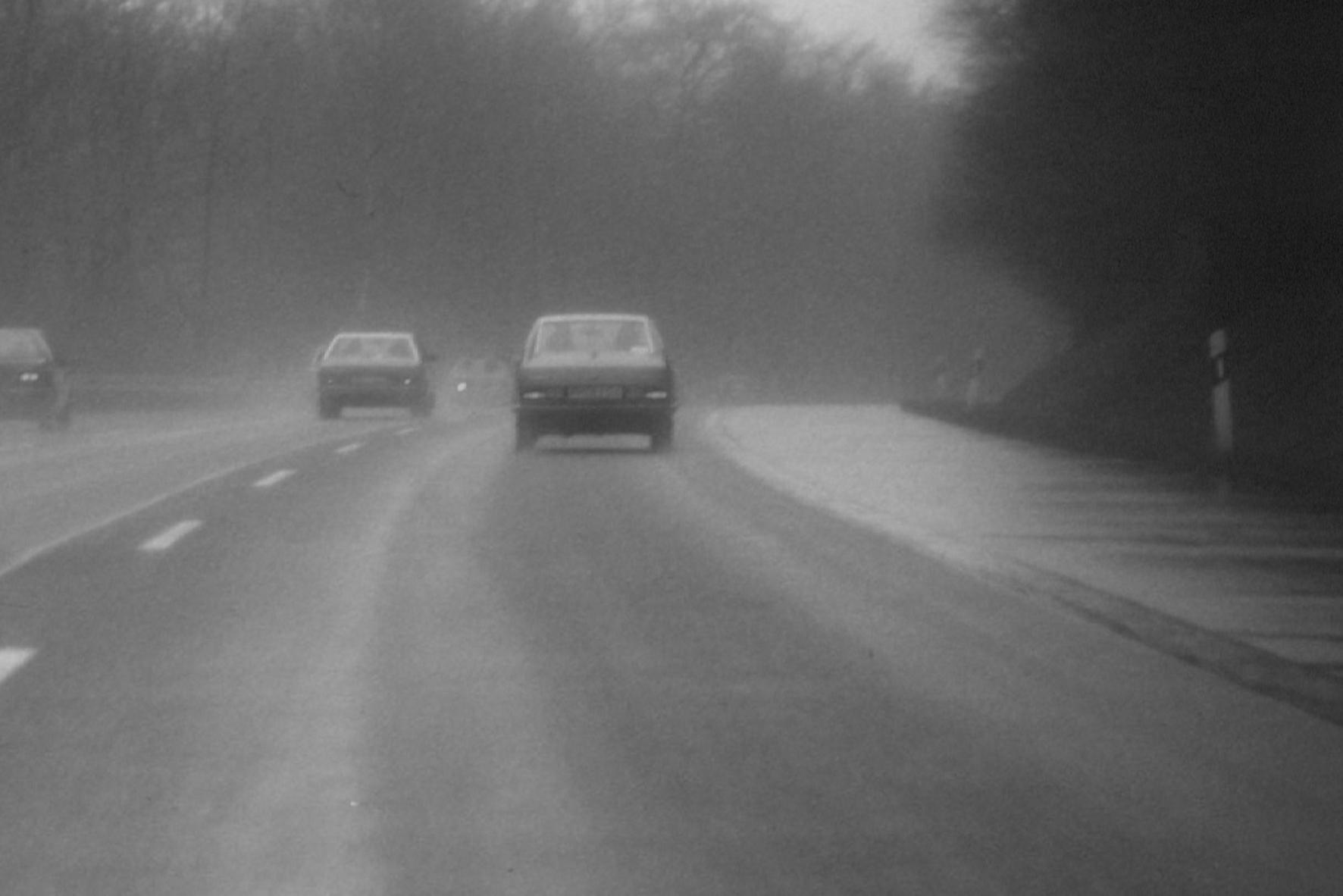 mid Groß-Gerau - Autofahrer müssen die Geschwindigkeit bei widrigen Straßenverhältnissen reduzieren, sonst können sie bei einer Massenkarambolage für die Schäden nachfolgender Fahrzeuge haftbar gemacht werden.
