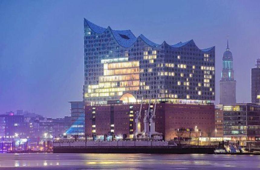 Ein Haus mit Leuchtkraft: Hamburgs neues Wahrzeichen thront an der Elbe und überstrahlt den Michel, ...