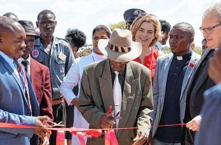 Bei der Eröffnung des AIDS-Waisendorfs (im Vordergrund v.l.): Counsellor Petrus Kavhura, Hompa ...
