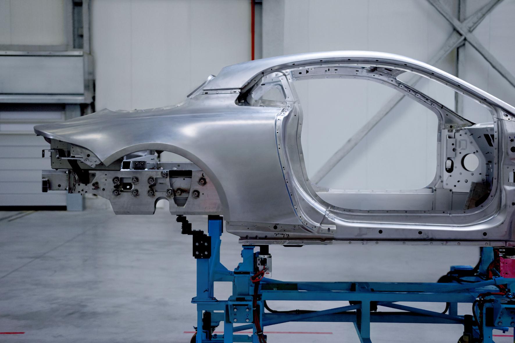 mid Groß-Gerau - Um Gewicht zu sparen, baut Alpine sowohl Chassis als auch Karosserie seines neuen Serien-Sportwagens komplett aus Aluminium.
