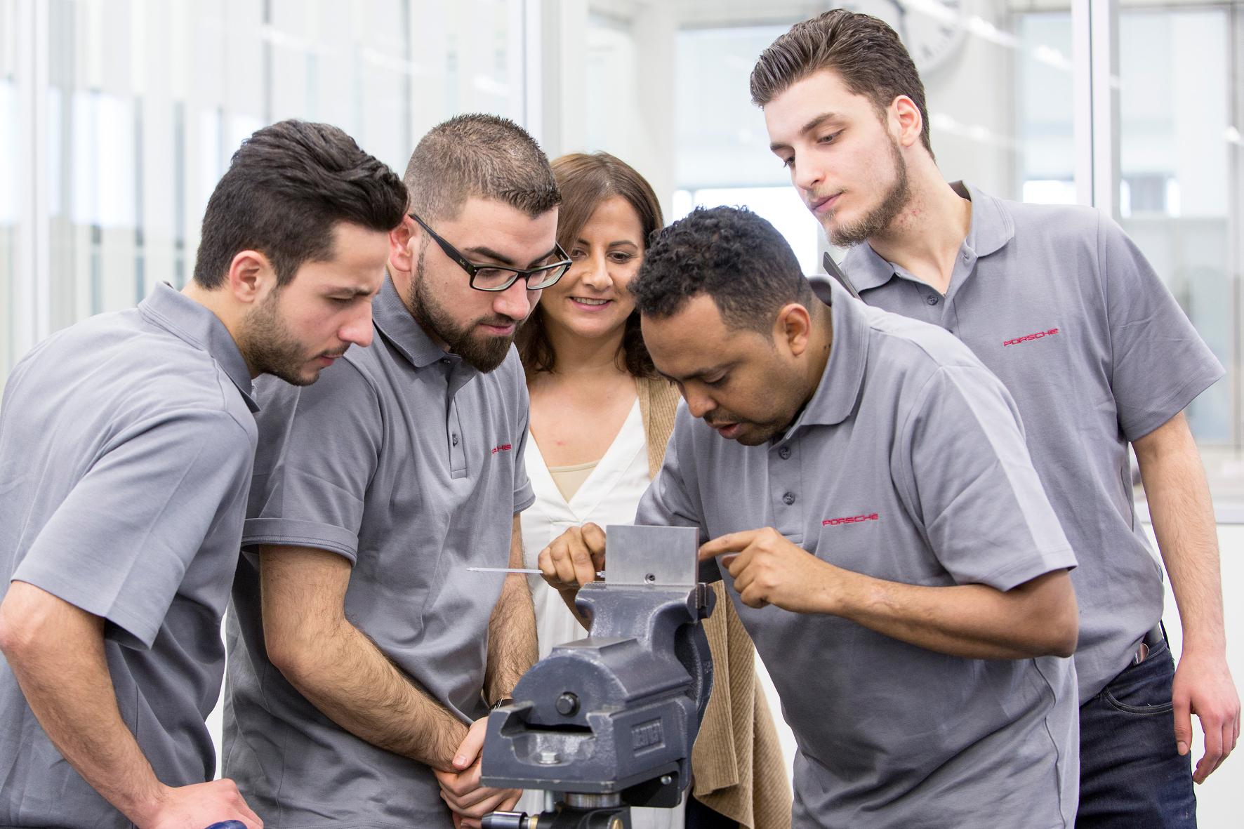 mid Groß-Gerau - Porsches Integrationsprogramm vermittelt Flüchtlingen die nötigen Grundkenntnisse zum erfolgreichen Berufseinstieg.