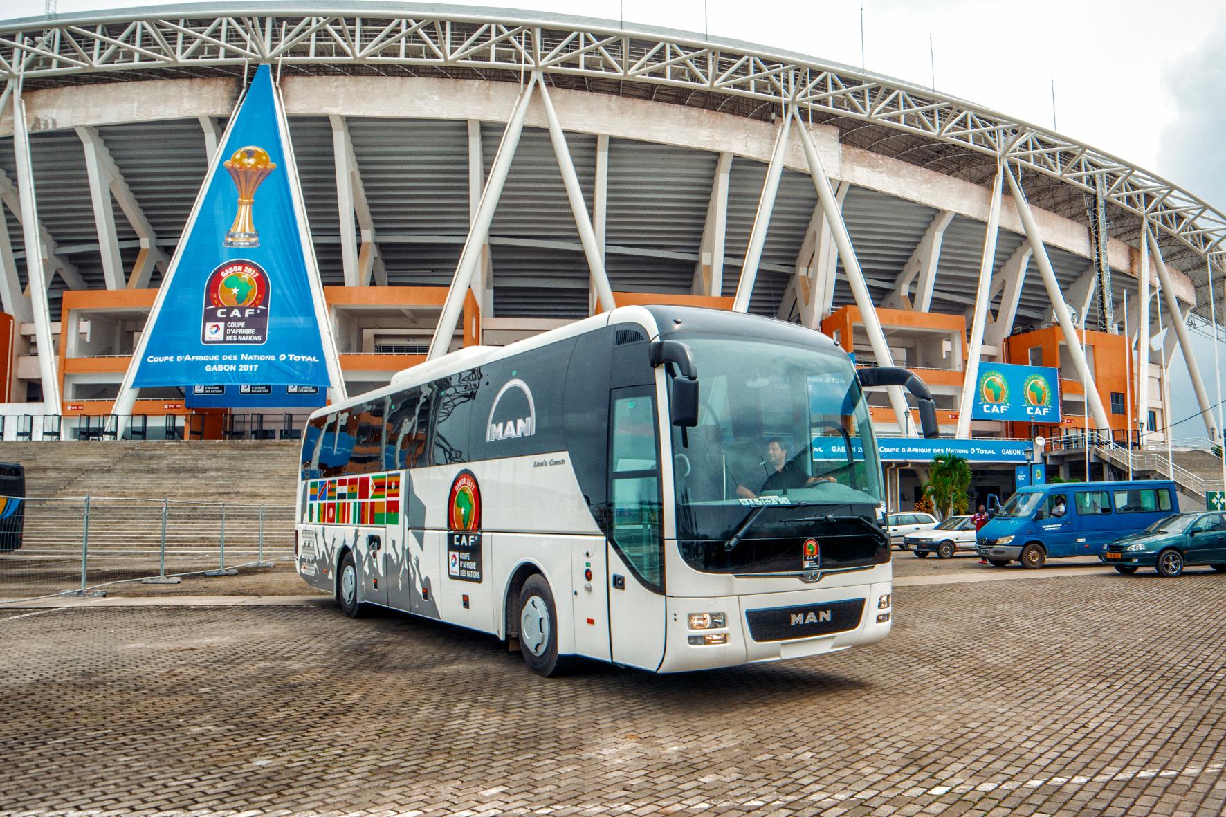 mid Groß-Gerau - Der MAN Lion's Coach vor dem Omar Bongo Stadion in Libreville (Gabun). Insgesamt 16 der MAN-Reisebusse sind beim Africa Cup im Einsatz.