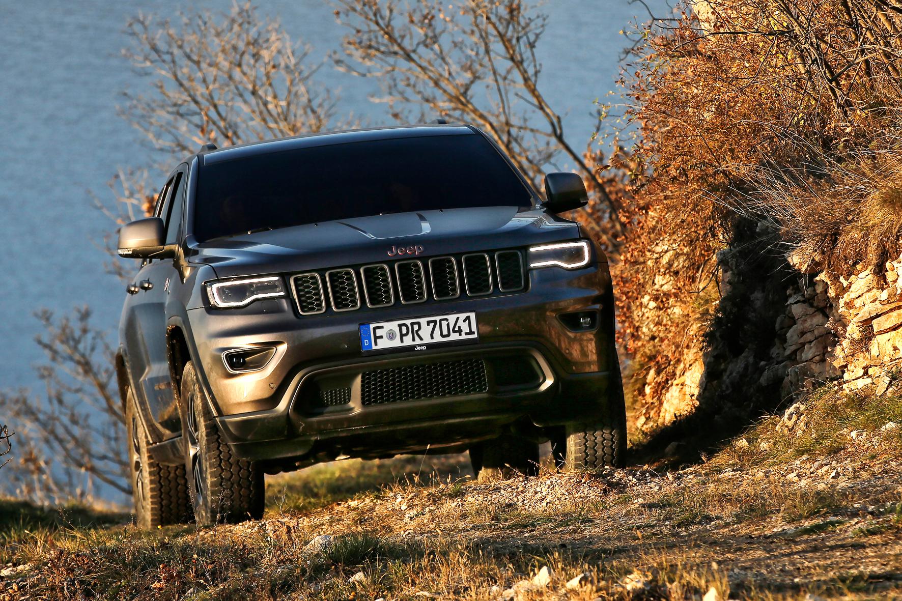 mid Schlangenbad - Mit dem Jeep Grand Cherokee kann der Fahrer fast jeden Gipfel erklimmen. Doch der Indianer-Häuptling kann noch weit mehr als Offroad.