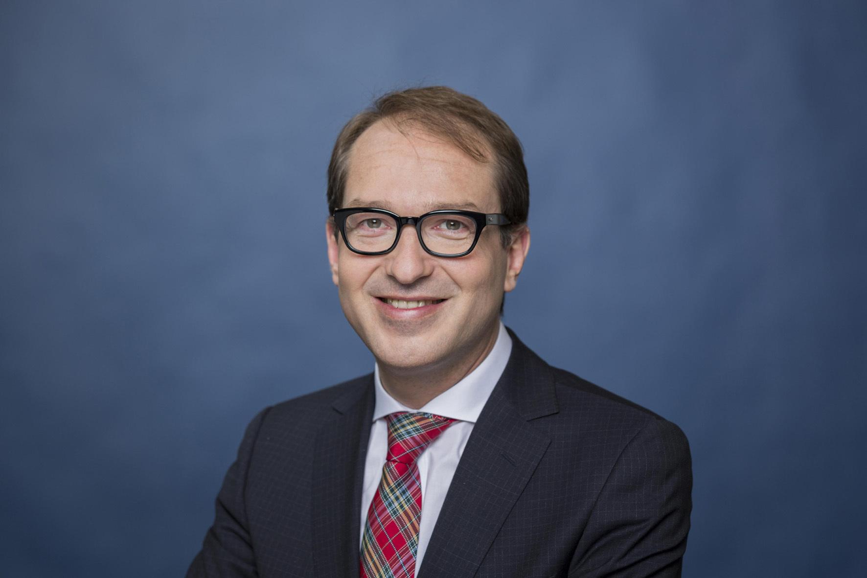 mid Groß-Gerau - Bundesverkehrsminister Alexander Dobrindt geht davon aus, dass das neue Mautsystem die Kurve kriegt - und rund 3,77 Milliarden Euro für die Infrastruktur eingenommen werden.