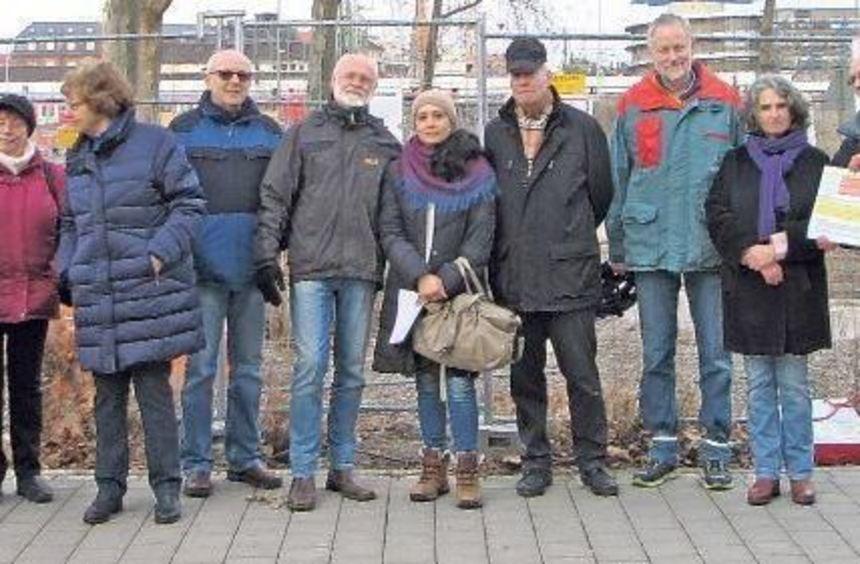 Sind in Sorge um den alten Baumbestand auf dem Lindenhof: Bürger und Stadträtinnen der Grünen vor ...