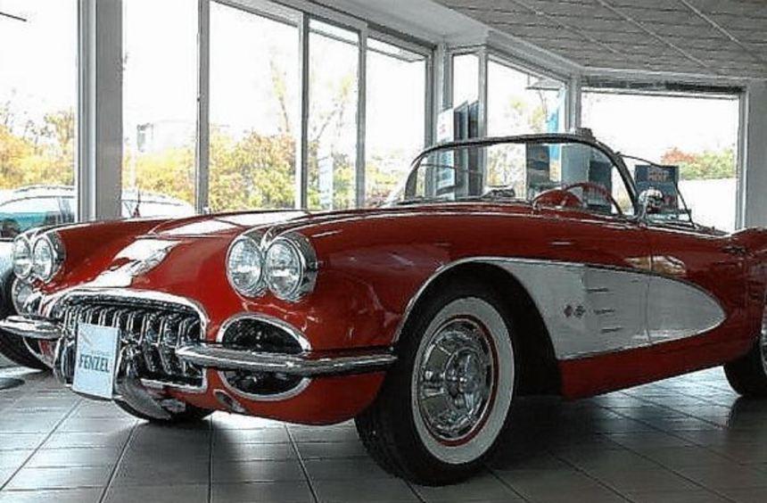 Das Glanzstück im Verkaufsraum: ein Chevrolet Corvette C 1 V8, Baujahr 1960, herausgeputzt bis ins ...