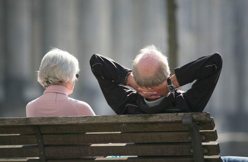 ARCHIV - ILLUSTRATION - Ein Rentnerpaar sitzt am 23.03.2012 auf einer Bank vor dem Reichstag in ...