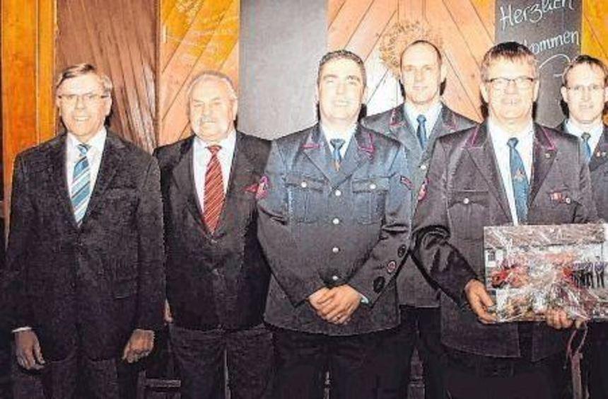 Nach 25 Jahren an der Spitze der Abteilungswehr Gerolzahn wurde Kommandant Gerhard Wagner (Dritter ...