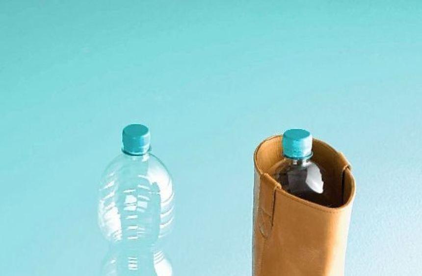 Leere Plastikflaschen lassen sich als Stiefelspanner zweckentfremden (li.) oder zu einer Art ...